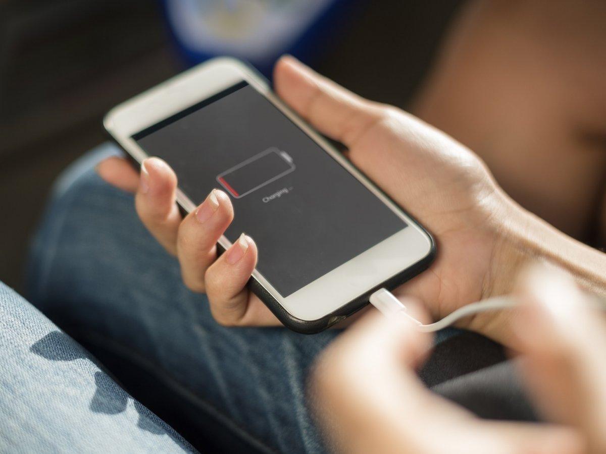Nu lăsa telefonul să se descarce complet, înainte de a-l pune la încărcat.