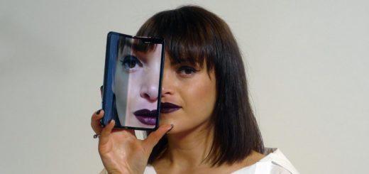 Samsung relansează primul telefon pliabil al lumii